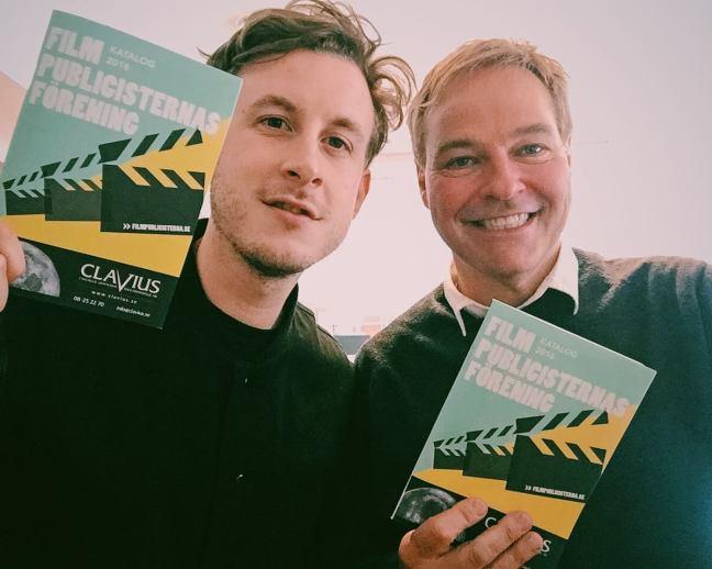 Jan Göransson, ordförande, och Jonas Pedersen Hardebrant, sekreterare, stoltserar med den nya uppdaterade katalogen.